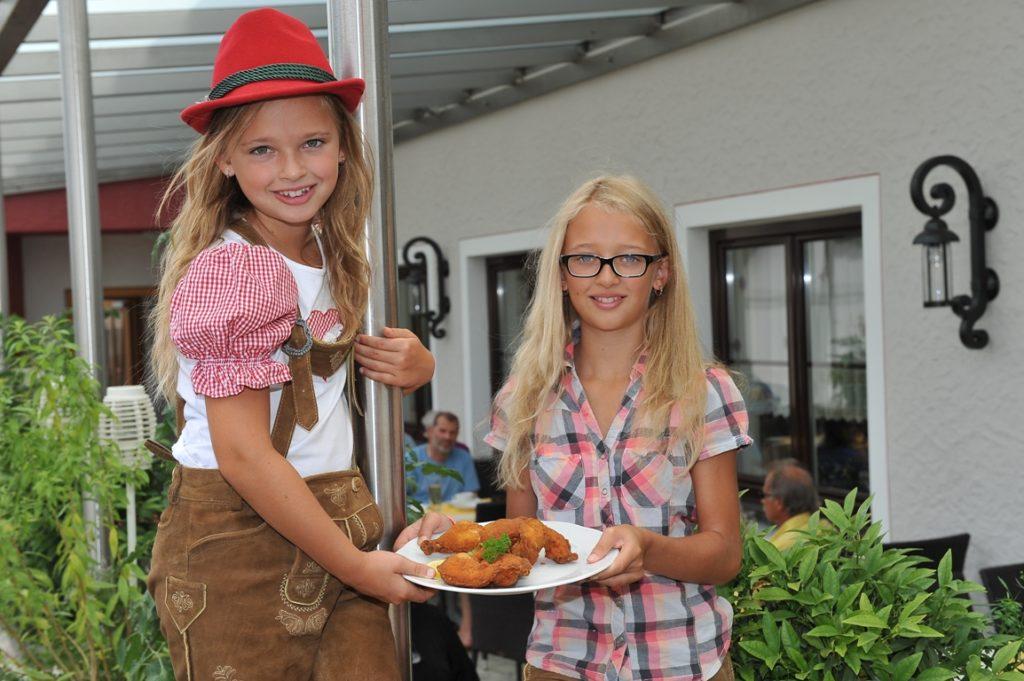 Esther und Anna in der Backhendlstation Schneider