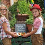 Esther und Anna mit unserer Spezialität Backhendl