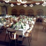 einzelne Tische im Festsaal der Backhendlstation Schneider in Großhart-Auffen