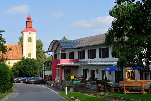 Backhendlstation mit Kirche