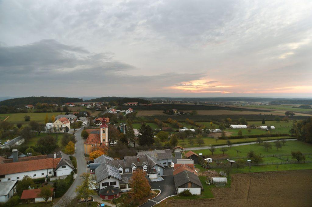 Sicht vom Aussichtsturm auf die Backhendlstation Schneider